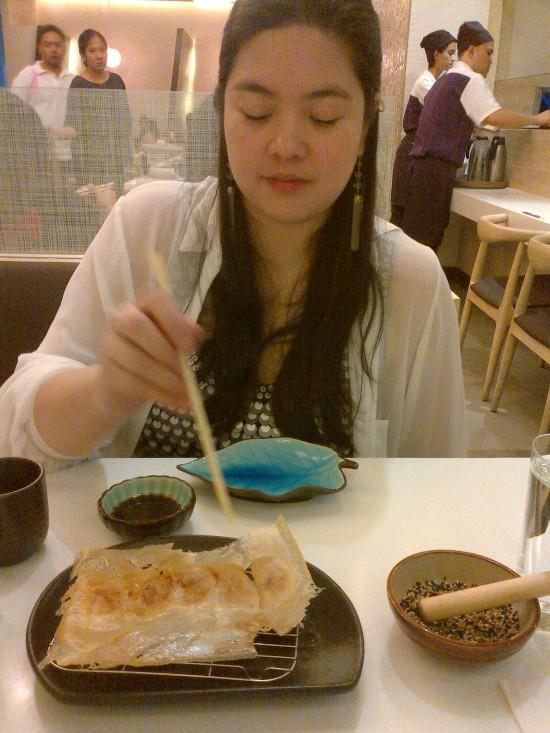 Flisha eating Gyoza in Ginza Bairin Glorietta
